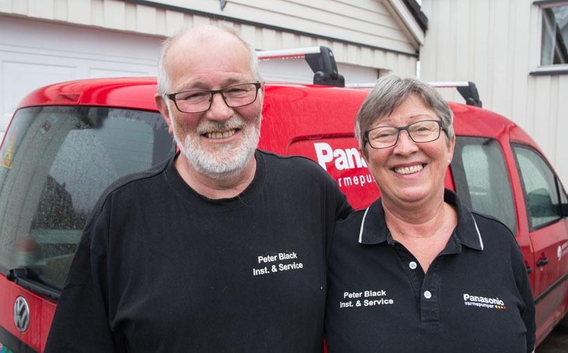 Peter og Eli Black har mange års erfaring med salg og montering av varmepumper. Foto: Stian Mathisen